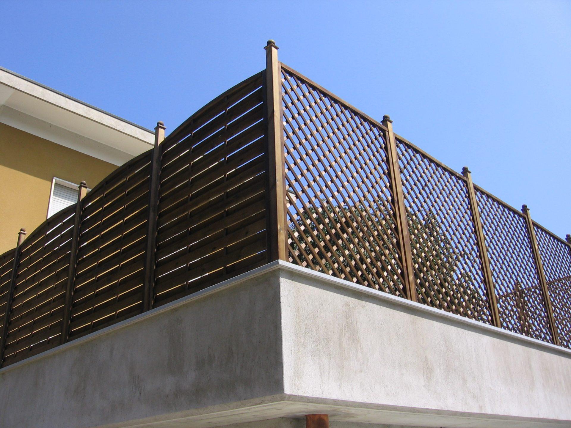 Divisori In Plastica Per Terrazzi fioriere, grigliati su misura e lavori speciali in legno